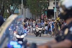 Oficiales de policía en la ejecución de las motocicletas Foto de archivo libre de regalías
