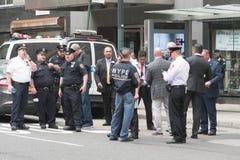 Oficiales de policía en las calles Foto de archivo