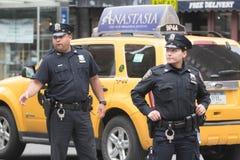 Oficiales de policía en las calles Fotografía de archivo