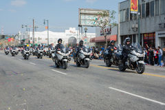 Oficiales de policía en las motocicletas que se realizan en Fotos de archivo