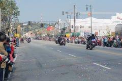 Oficiales de policía en las motocicletas que se realizan en Imagen de archivo