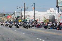 Oficiales de policía en las motocicletas que se realizan en Imagen de archivo libre de regalías