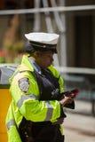 Oficiales de policía que realizan sus deberes en las calles foto de archivo libre de regalías