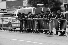 Oficiales de policía que trabajan durante el 35to desfile anual de la sirena en Coney Island foto de archivo