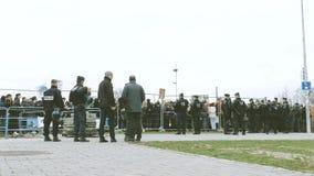Oficiales de polic?a que aseguran la sede del Parlamento Europeo de manifestantes jovenes almacen de metraje de vídeo