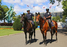 Oficiales de policía de NYPD a caballo listos para proteger el público en Billie Jean King National Tennis Center durante el US O Fotografía de archivo libre de regalías
