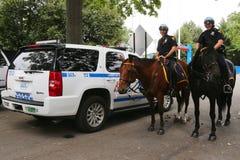 Oficiales de policía de NYPD a caballo listos para proteger el público en Billie Jean King National Tennis Center durante el US O Fotografía de archivo