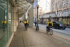 Oficiales de policía en las bicicletas Fotos de archivo libres de regalías