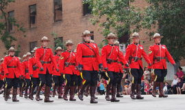 Oficiales de RCMP que marchan en desfile Foto de archivo libre de regalías