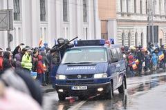 Oficiales del ejército que se colocan en un lado de una furgoneta de la intervención Fotografía de archivo