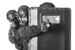 Oficiales del GOLPE VIOLENTO con el escudo balístico Fotos de archivo libres de regalías