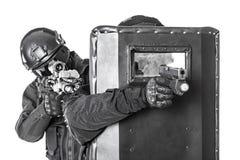 Oficiales del GOLPE VIOLENTO con el escudo balístico Foto de archivo