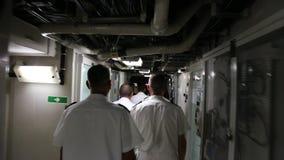 Oficiales marinos dentro de la fragata del ` s de rey Ferdinand