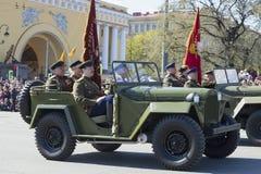 Oficiales soviéticos en el coche GAZ-67 en el desfile en honor del día de la victoria St Petersburg Foto de archivo libre de regalías