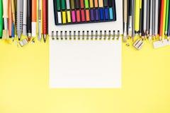 Oficina brillante y escuela inmóviles con la libreta en writi amarillo Fotos de archivo libres de regalías