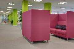 Oficina brillantemente coloreada moderna foto de archivo