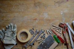 Oficina com as ferramentas para o trabalhador manual fotografia de stock