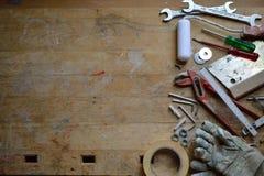 Oficina com as ferramentas para o trabalhador manual foto de stock