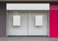 Oficina con el escaparate y la cartelera en blanco fotos de archivo