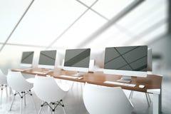 Oficina con el lado en blanco de los ordenadores libre illustration