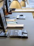Oficina con el ordenador Fotos de archivo libres de regalías
