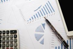 Oficina con informe del análisis, calculadora del escritorio Visión desde la tapa Co Foto de archivo libre de regalías
