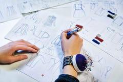 oficina costureira oficina para a roupa das mulheres imagens de stock royalty free