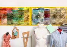 Oficina da costura com manequim e as linhas coloridas Foto de Stock