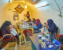 Oficina da porcelana no bazar grande, Isfahan, Irã foto de stock royalty free