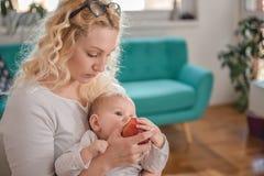 Oficina de alimentación del bebé de la madre en casa fotografía de archivo libre de regalías