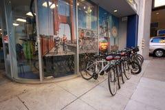 Oficina de alquiler ardiente de la bicicleta de las sillas de montar Foto de archivo libre de regalías