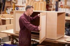 Oficina de Building Furniture In do carpinteiro fotos de stock royalty free