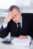 Oficina de With Headache In del hombre de negocios fotos de archivo libres de regalías