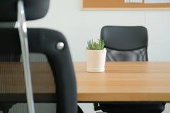 oficina de la tabla del escritorio de la silla en casa workspa del lugar de trabajo del espacio de funcionamiento foto de archivo
