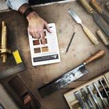 Oficina de madeira de Craftmanship Carpentry Handicraft do carpinteiro concentrada imagens de stock