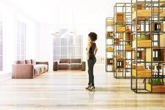 Oficina de madera interior, sofás grises, mujer imágenes de archivo libres de regalías