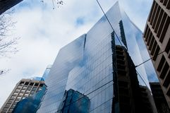 Oficina de moda moderna de la corporación con el vidrio azul imágenes de archivo libres de regalías