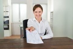 Oficina de Offering Cheque In de la empresaria Imagenes de archivo