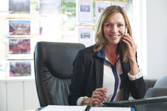 Oficina de On Phone In del agente de la propiedad inmobiliaria Fotos de archivo