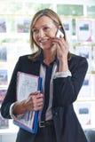 Oficina de On Phone In del agente de la propiedad inmobiliaria Imágenes de archivo libres de regalías