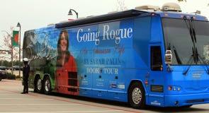 Oficina de policía que guarda el omnibus de viaje de Palin Fotografía de archivo