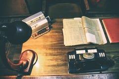 Oficina de trabajo del dise?o: tabla antigua y tel?fono an?logo, l?mpara en la tabla fotos de archivo libres de regalías