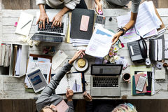 Oficina de trabajo del trabajo en equipo de los colegas del negocio junto Foto de archivo libre de regalías