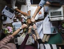 Oficina de trabajo del trabajo en equipo de los colegas del negocio junto Imágenes de archivo libres de regalías