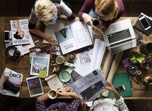 Oficina de trabajo del trabajo en equipo de los colegas del negocio junto Foto de archivo