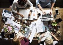 Oficina de trabajo del trabajo en equipo de los colegas del negocio junto Fotografía de archivo libre de regalías