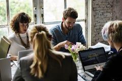 Oficina de trabajo del trabajo en equipo de los colegas del negocio junto Imagen de archivo