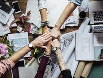 Oficina de trabajo del trabajo en equipo de los colegas del negocio junto Fotos de archivo