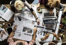 Oficina de trabajo del trabajo en equipo de los colegas del negocio junto Imagen de archivo libre de regalías