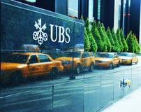 Oficina de UBS y línea reflejada del taxi Imagen de archivo libre de regalías